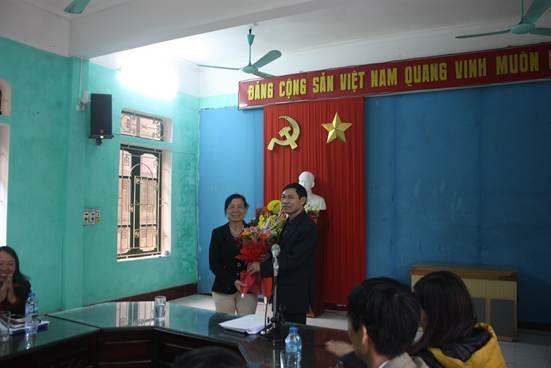 Đ/c Nguyễn Thị Lan - Trưởng trạm BVTV huyện Ý Yên nhận hoa chúc mừng của lãnh đạo đơn vị.
