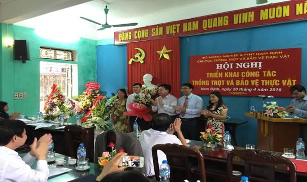 Đ/c Đỗ Hải Điền - Phó Giám đốc Sở Nông nghiệp và PTNT tặng hoa Chúc mừng Ban lãnh đạo Chi cục.