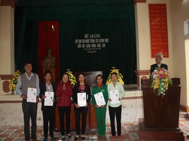 Đại diện học viên lớp đào tạo nghề nhận Chứng chỉ hoàn thành khóa học.