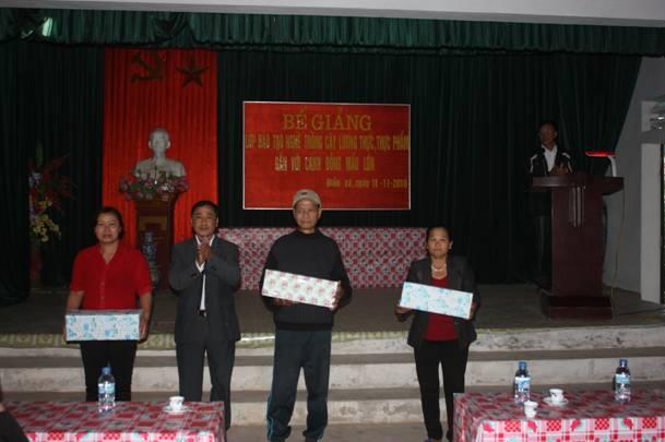 Học viên xuất sắc xã Điền Xá - Nam Trực nhận phần thưởng cuối khóa đào tạo.